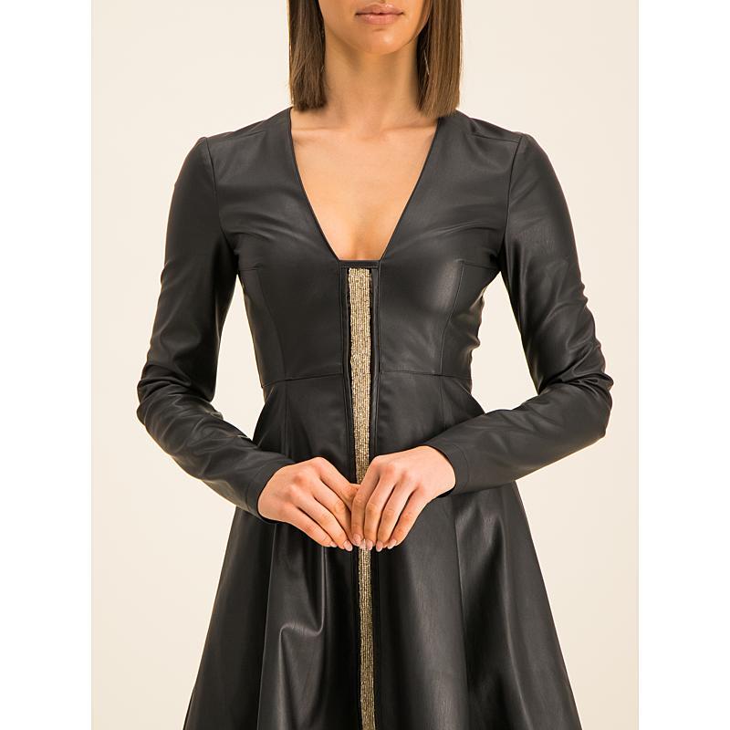 szara sukienka i kurtka skórzana